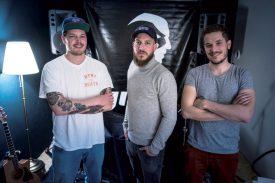 Jimix s'est entouré de Mladen (à gauche) et Roman pour son clip. ©Michel Duperrex / Charles Baron