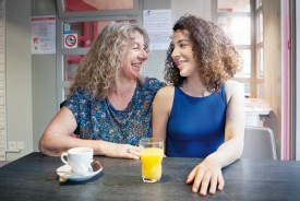 Grande complicité entre Amandine et sa maman, Evelyne, au café «Chez Tcharl's», à Chavornay. © Simon Gabioud