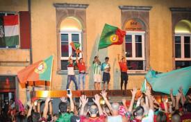 Les Portugais improvisent une ola en pleine rue. ©Carole Alkabes