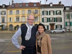 Ninik et Pierre-André Michoud vont étendre leur hôtel, ouvert il y a dix ans, au bâtiment voisin (blanc aux volets verts). © Michel Duperrex