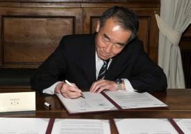 Hiromi Ito, directeur de l'Ota City Industrial Promotion Organization, lors de la signature.