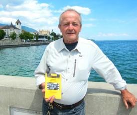 Michel Bory devant Grandson. La trame de son nouveau roman se déroule dans une belle région, sur la frontière entre les cantons de Berne et Fribourg.