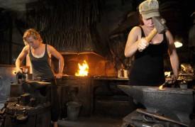 C'est au côté de leur père, forgeron, qu'Amélie (à g.) et Emma Pietrzykowska ont appris leur métier.