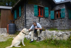 Depuis 2001, Maguy s'occupe du refuge La Casba, avec son inséparable Sandy, pour servir promeneurs et skieurs.