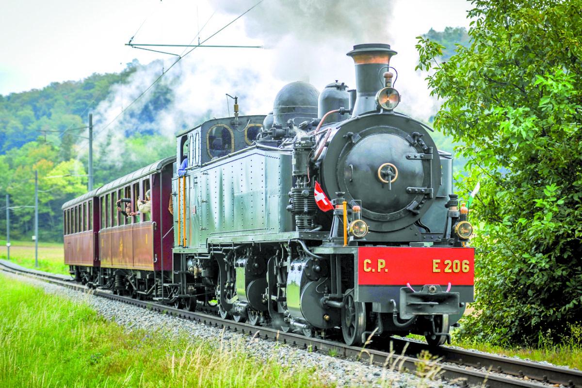 Une locomotive à vapeur siffle à travers le Balcon du Jura