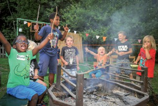 Installés au bord du feu, les plus petits ont aussi eu droit à leur barbecue. ©Carole Alkabes