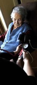 Marie Girard prend, à chacune de ses visites, la pression de sa patiente.