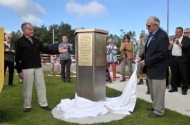 L'ancien réfugié Walter Reed et l'ancien passeur Bernard Bouveret ont levé le voile sur le monument.