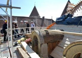 La toiture de l'édifice couvre une superficie de 1850 m2, à raison de 42 tuiles au m2.