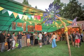 Le soir, le bar et les stands de nourriture ne désemplissaient pas. ©Carole Alkabes