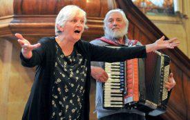Le mélange de paroles en patois et d'accordéon du duo Trouveur valdotèn, composé de Liliane Beitolo et Alessandro Boniface, a eu un succès phénoménal au Temple. ©Carole Alkabes