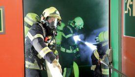 Une fois les lances d'incendie déroulées et les masques fixés, les sapeurs-pompiers nord-vaudois ont pu s'avancer dans le tunnel. ©Michel Duperrex