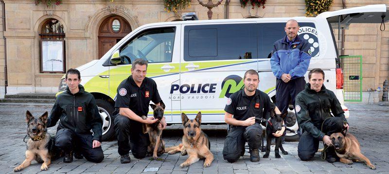 La Brigade canine est composée (de g. À dr.) de Grégory Marchand et de sa chienne Thémis, du sergent Stéphane Paillard et de ses deux chiens Vitus et Thilk, de l'appointé Didier Streit et de son berger allemand Arlem, du capitaine Cavin, de l'agent Steve Sottaz et de son berger belge malinois Jarhead. ©Michel Duperrex