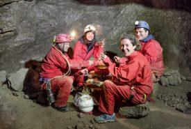 Après l'effort, le petit groupe s'est réconforté autour d'une bonne fondue. ©Flallier