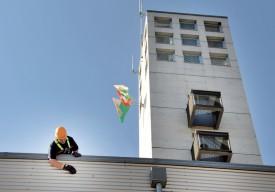 Des exercices de sécurisation du personnel se tenaient du côté de la caserne. ©Michel Duperrex