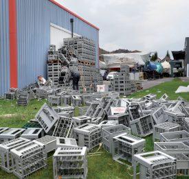La cave de l'Association des vignerons broyards a aussi été touchée. Plus de 800 bouteilles vides ont été cassées. ©Michel Duperrex