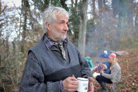 Pascal Eguisier observe avec attention son troupeau de 800 bêtes. ©Carole Alkabes