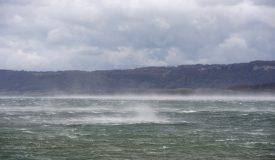 Même l'eau du lac de Neuchâtel se soulevait face aux puissantes bourrasques de vent qui ont parcouru le Nord vaudois. ©Michel Duperrex