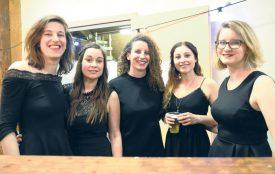 Elodie Perret, Doriane Bridel, Yael Vallotton, Naïma Campana et Sarah Vallotton (de g. À dr.:) se sont mises sur leur 31 pour offrir une soirée du petit Nouvel An exceptionnelle. ©Michel Duvoisin