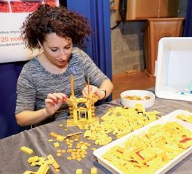 Yasmine Vanderauwera a proposé une démonstration de création en Lego avec des éléments d'une seule couleur. ©Gabriel Lado