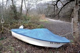 Le lit de la Menthue s'est sensiblement éloigné du flanc de cette embarcation. ©Michel Duperrex