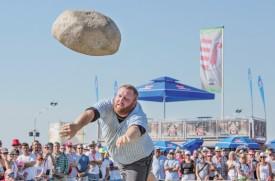 Le Jurassien Yves Allemann, dit «Pupuce», lors du lancer de la fameuse pierre d'Unspunnen (83,5 kg): «Je m'entraîne avec une vieille boille à lait lestée de 90 kg.» ©Simon Gabioud