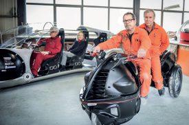 La «pendo-traction», avec Tony et Jean-Pierre, deux collaborateurs de longue date de Franco Sbarro, peut passer d'un simple tricycle à un véhicule offrant des sensations fortes. ©Carole Alkabes