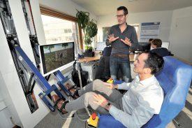 Aurélien Fauquex (assis) et Yannick Charrotton, les ingénieurs du robot «Lambda». ©Michel Duperrex