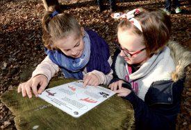 Les enfants enrichissent leurs connaissances grâce à des panneaux didactiques. ©Michel Duperrex