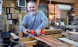 Pour chaque skateboard, Laurent Golay assemble entre sept et treize feuilles de bois, parfois entremêlées de fibre et de carbone. ©Christelle Maillard