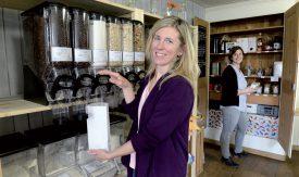 Caroline Montandon explique comment fonctionnent les silos utilisés pour conserver les produits en vrac. ©Michel Duperrex