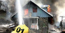 Pour le scénario final de la formation, les onze participants ont mis le feu à l'entier d'une maison, vouée à la démolition, à Saint-Sauveur, Canada. Un spectacle impressionnant pour les voisins, qui leur a également causé quelques nuisances. ©SDIS du Nord vaudois