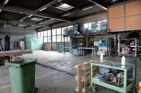 L'atelier de mécanique de la voirie yverdonnoise a été rangé et nettoyé pour accueillir musiciens et spectateurs. ©Michel Duperrex