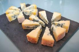 l existe deux versions du Bleu des Combiers. Le fromage plus doux, en arrière-plan, est le fruit d'une période d'affinage plus courte que son pendant corsé. © Carole Alkabes
