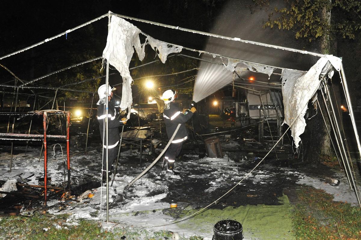 Tentes et caravanes détruites par le feu