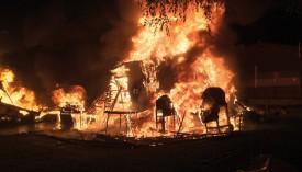 23h25: plusieurs caravanes sont en feu à l'arrivée des pompiers. © SDIS Nord vaudois