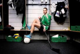 A 24 ans, Maël Campanile jongle entre deux mondes à la fois proches et bien différents, en passant des vestiaires de hockey sur glace à ceux des petites ligues du football régional. © Nadine Jacquet
