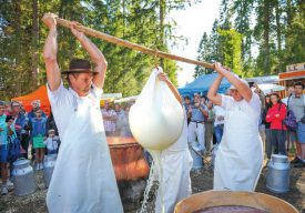 ...Une fois passé par l'étape du chauffage, sur un feu de bois, le lait franco-suisse utilisé se transforme doucement et gagne en consistance. ©Carole Alkabes
