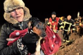 La petite chienne était heureuse de retrouver sa maîtresse, qui l'attendait avec une couverture bien chaude. ©Michel Duperrex