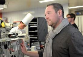 Pâtissier de renom, Patrick Bovon ne rate pas une miette du spectacle. ©Michel Duperrex