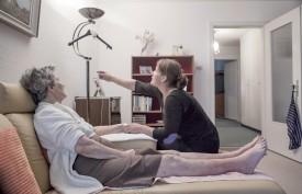 Au domicile des patients, le salon fait le plus souvent office de «salle de traitement ». Les cintres et les lampes servent, eux, de support aux perfusions. ©Simon Gabioud