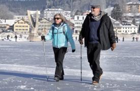 Hardi les marcheurs. La glace est solide ! ©Michel Duperrex