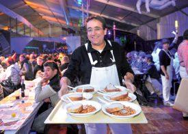 Le conseiller d'Etat Pascal Broulis, à domicile, a servi les repas du vendredi. ©Carole Alkabes