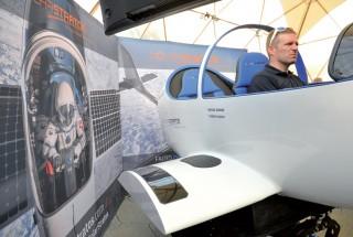 L'éco-aventurier Raphaël Domjan a inauguré le simulateur de vol trois axes. ©Michel Duperrex