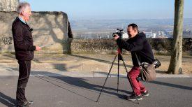 Comme avec Albert (à g.), Philippe Montes se baladera à Orbe, jusqu'en août, pour filmer, enregistrer ou noter la centaine de témoignages qui lui manquent. ©Commune d'Orbe