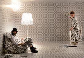 La performance interactive du collectif A Normal Working Day a lancé l'exposition «Some Days» du Centre d'art contemporain. Deux danseurs et un plasticien, il n'en fallait pas plus pour faire converger arts visuels et arts performatifs. ©Michel Duperrex