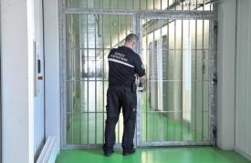Les nombreuses portes sécurisées freinent la progression dans la prison. ©Michel Duperrex