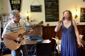 Le style folk et country du duo Alfalun a ravi les clients du Café de la Promenade, qui ont bénéficié d'un concert gratuit. ©Michel Duperrex