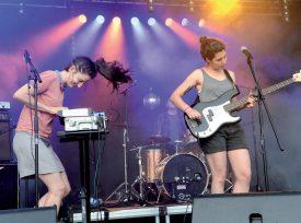 Le groupe de garage-post-punk The Staches a soulevé les foules, samedi soir. ©Michel Duperrex