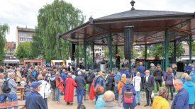 Malgré la pluie, les participants ont assisté à l'Opéra «à Bretelles», sous le kiosque des jardins du Théâtre Benno Besson, samedi après-midi. ©Carole Alkabes